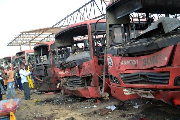 Por lo menos 71 personas murieron y 124 resultaron heridas por una explosión el lunes en la estación de autobuses en las afueras de la capital nigeriana, Abuja, cuando muchas personas se dirigían a trabajar, informó la policía.