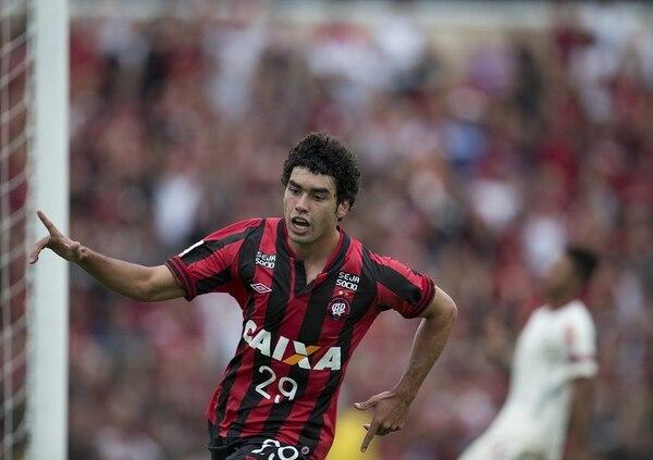 Bruno Mendes celebra el primer gol del juego entre Atlético Paranaense y Universitario de Deportes.
