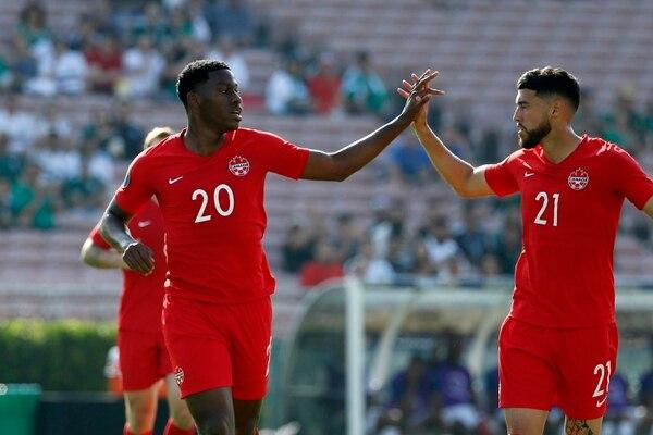 El delantero canadiense Jonathan David (20) celebra el segundo tanto con su compañero Jonathan Osorio. Canadá goleó 4-0 a Martinica, en el arranque de la Copa Oro 2019. Fotografía AP