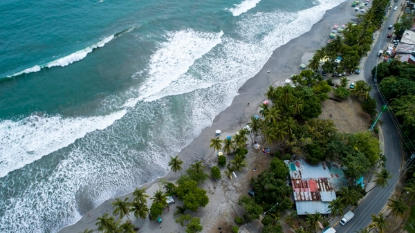 En Quepos (Puntarenas) la municipalidad está revisando su plan regulador para playa Espadilla donde hay una serie de propiedades en la zona marítimo-terrestre (ZMT) / Fotografía: Alejandro Gamboa Madrigal