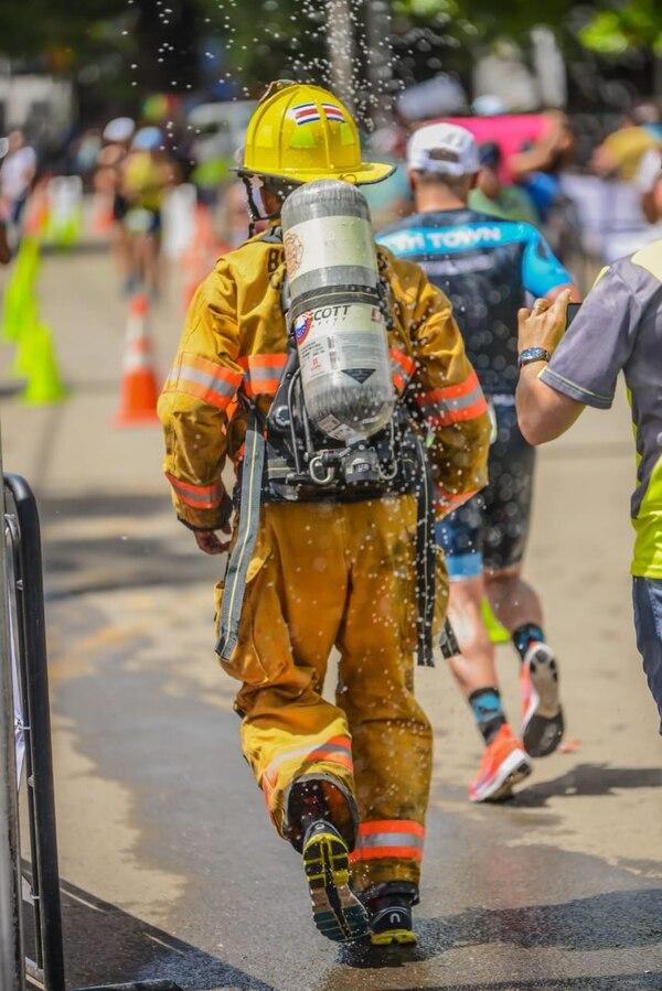 El equipo de protección personal para incendio estructural con el que corrió Luis Gabriel pesa 25 kilos. Foto: Alejandro Lira