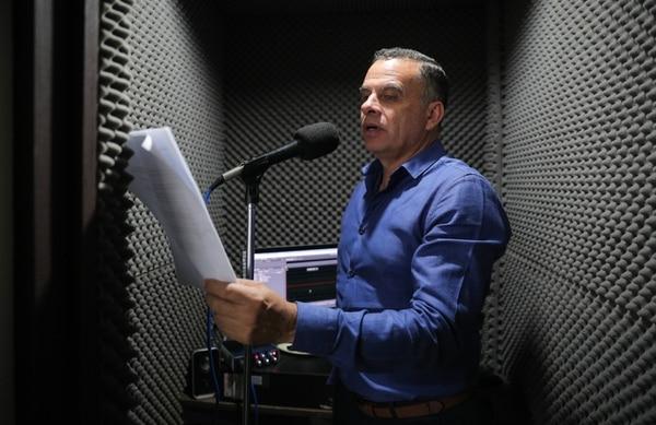 Giovanni Calderón es uno de los periodistas con más años de pertenecer a 'Informe 11: Las Historias'. Él además tiene a cargo la icónica sección 'La Escuelita'. Fotografía: Jeffrey Zamora.