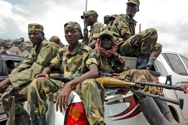 Un grupo de rebeldes del Movimiento 23 de Marzo (M23) abandona la ciudad de Goma en una camioneta, al este de la República Democrática del Congo.