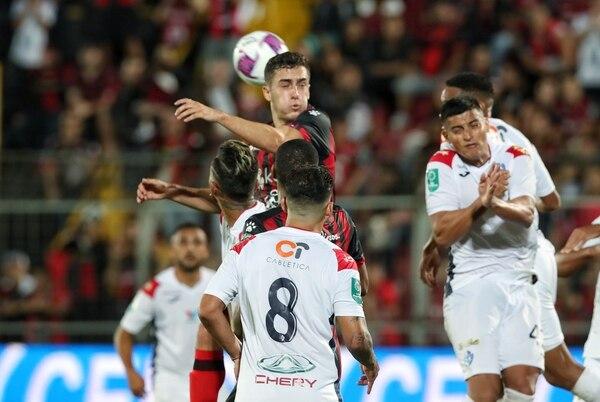 Bernald Alfaro fue titular contra Cartaginés y jugó todo el partido. Fotografía: John Durán