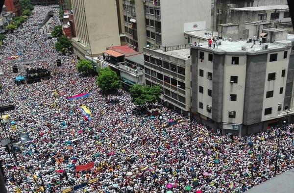 Miles de personas acudieron este jueves a la marcha convocada por la oposición para exigir el referendo revocatorio contra el presidente Nicolás Maduro.