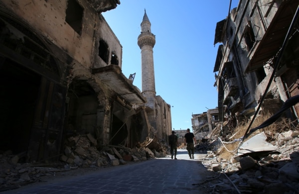 Soldados sirios caminaban a través de una calle del barrio al-Farafira, en la ciudad de Alepo este viernes. Ese sector está bajo control de las fuerzas gubernamentales.