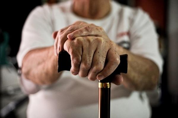 Don José, de 70 años, arrastra tres infartos, tiene tres hernias y presión alta. Hace dos años y medio lo sacaron de prisión para que su esposa lo cuide en su casa en Paso Ancho. | MARCELA BERTOZZI.