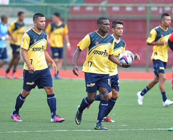 Los mediocampistas Víctor Gutiérrez, Joel Hall y Yeremy Araya jugaron el martes en el amistoso que la Universidad de Costa Rica le ganó a Belén por 2-1. El partido se realizó en el Polideportivo de Belén, en Heredia. | MANUEL VEGA