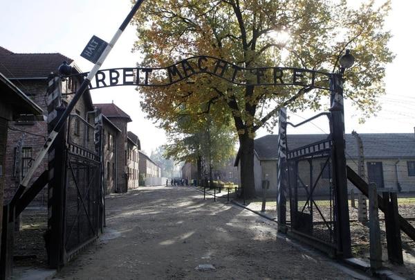 Así luce la entrada al campo de concentración de Auschwitz, con el lema
