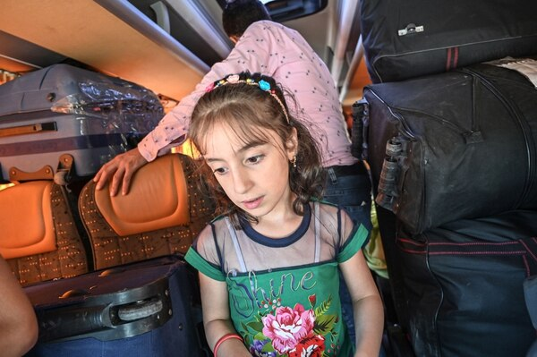 Esta niña aguardaba en un bus que la llevaría de retorno a su país, desde Estambul, Turquía, el 6 de agosto del 2019.