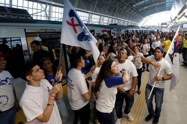 Un grupo de peregrinos canta y baila después de viajar en la recién inaugurada línea 2 del Metro, para el Día de la Juventud Panamá 2019, en la ciudad de Panamá. Foto: AP