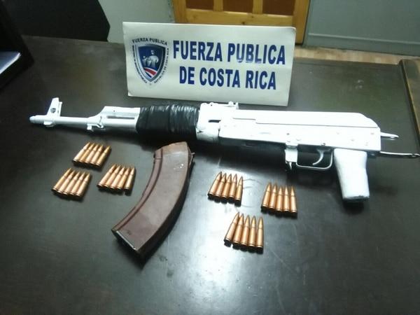 El fusil se encontraba oculto dentro de un vehículo de carga que llevaba menaje de casa.