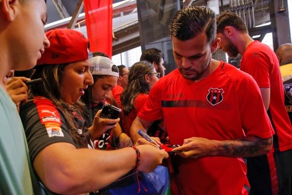 José Luis Cordero firmó autógrafos. Foto: Mayela López
