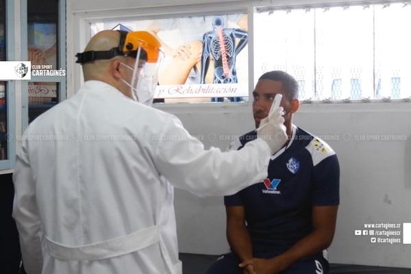 A Marcel Hernández le tomaron la temperatura antes del entrenamiento en el Fello Meza. Fotografía: Prensa Cartaginés