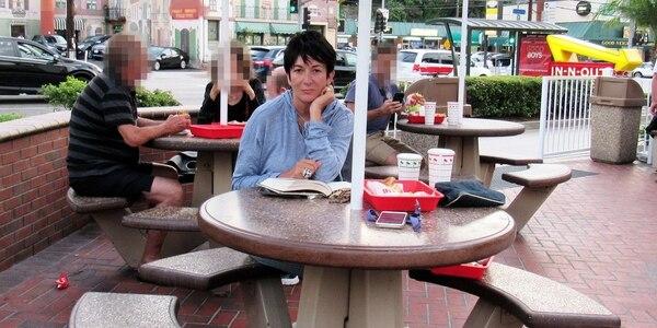 Supuestamente, esta foto le fue tomada a Ghislaine Maxwell en un centro de comidas, en California, en agosto pasado, pocos días antes del suicidio de Epstein. Foto: Twitter.