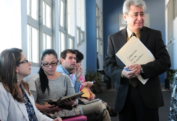 El abogado del Sindicato de Médicos Especialistas, José Antonio Barletta (primer plano), acompañó este lunes a quienes se presentaron a la primera fecha del sorteo de servicio social obligatorio.   JOHN DURÁN