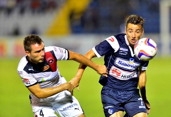 Kenner Gutiérrez marca a Paolo Jiménez en una acción del partido de anoche. | RAFAEL PACHECO