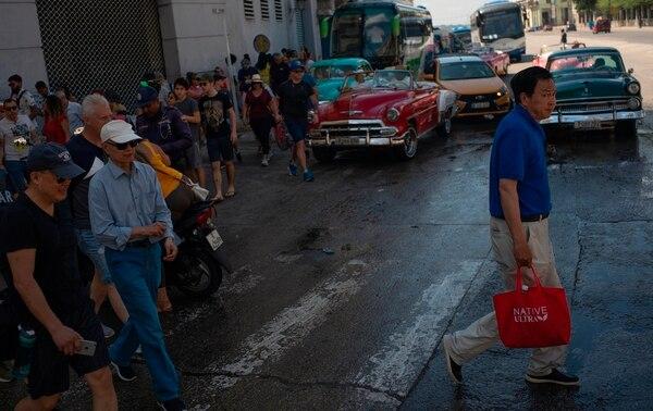 Turistas paseaban por una calle de La Habana, este martes 4 de junio del 2019. Llegaron a bordo de un crucero.