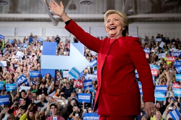 La candidata presidencial por el partido Demócrata, Hillary Clinton, saluda al llegar a la Universidad estatal de Grand Valley, en Allendale, Michigan, este lunes 7 de noviembre.