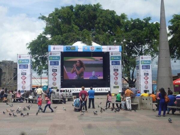 El buen tiempo favoreció en Cartago para que muchos se detuvieran en la plaza mayor para ver la inauguración del Mundial y el primer partido.