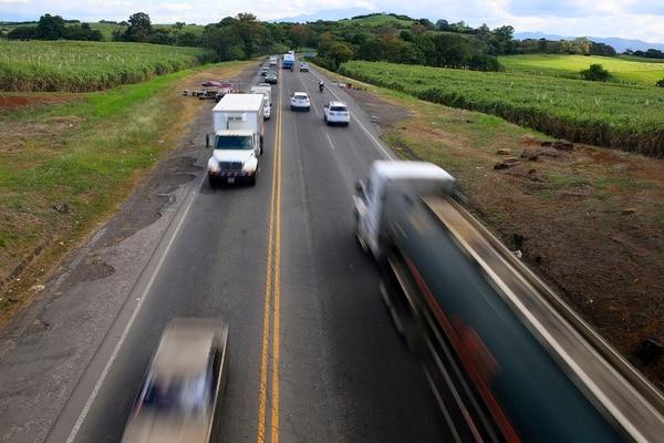 Estimaciones hechas por la Policía de Tránsito indican que por la vía San José-San Ramón transitan más de 84.000 vehículos todos los días. La ampliación de esta carretera es vital para el desarrollo de la parte occidental de la Gran Área Metropolitana. | RAFAEL PACHECO.
