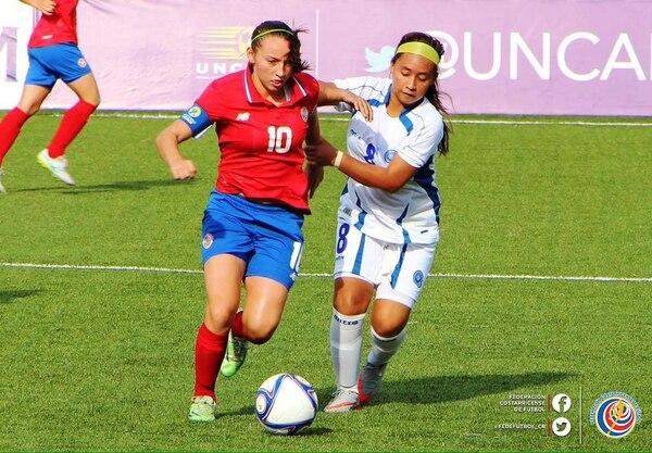 Gloriana Villalobos, quien es marcada por una rival, anotó el tercer gol ante El Salvador.