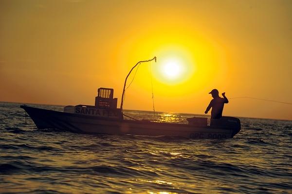 Los préstamos otorgados a los sectores de pesca y ganadería representaron menos del 2% del saldo del crédito dado por la banca estatal al cierre del 2014, según el Gobierno. Luis Quirós se dedica a la pesca en el sector de playa Coyote, en Guanacaste. Foto ilustrativa | LUIS NAVARRO/ARCHIVO