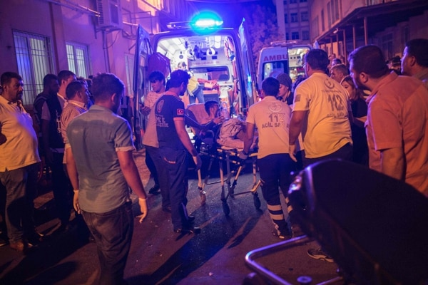 Unidades de rescate llegan a atender las víctimas del atentado ocurrido durante la celebración de un abod.