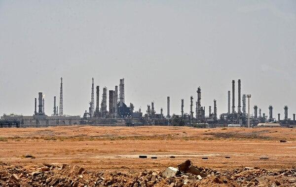 Tras los ataques contra el primer exportador mundial de petróleo, el precio del crudo se disparó el lunes en casi el 15% en Londres, un alza sin precedentes. Fotografía: FAYEZ NURELDINE / AFP