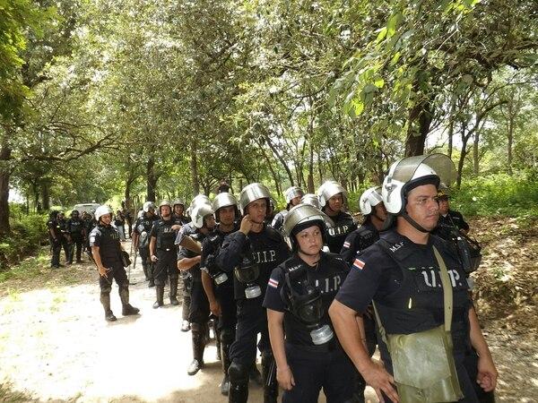 Hombres y mujeres de la Fuerza Pública tuvieron a cargo el desalojo en Guanacaste.