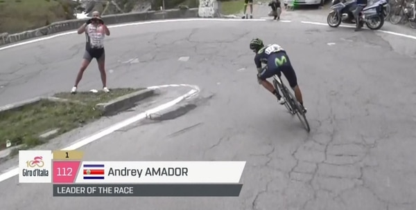 El momento en el que Andrey Amador atacó en el descenso del Stelvio.