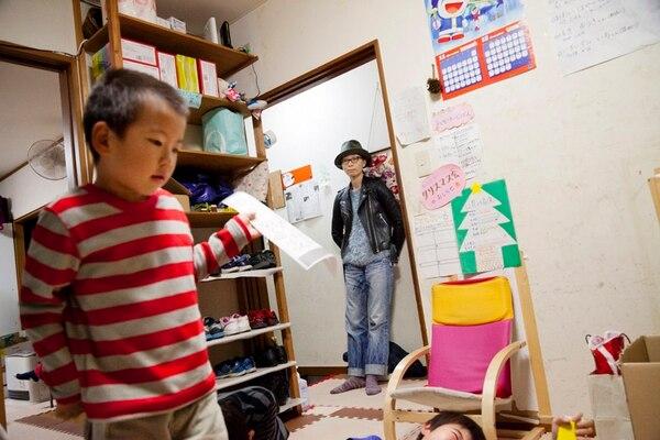 Chiaki Kitajima (al fondo) es ahora directora creativa de su agencia de publicidad y dos de sus tres hijos pasan tiempo en la escuela. En la actualidad, se impulsan mejoras para las mujeres.   KO SASAKI/THE NEW YORK TIMES