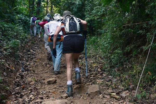 De subida. La edad no es un límite para caminantes del grupo Shkuk, que el domingo fueron a Puriscal. Carlos González