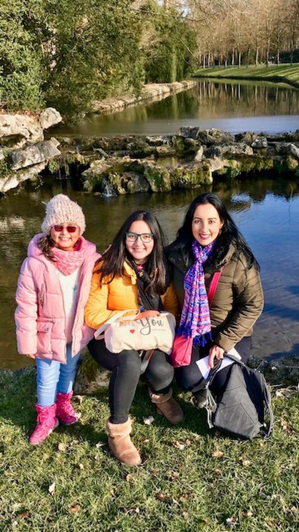 La tica Andrea Quesada Méndez y sus hijas, Mariana de 16 años y Sofía de 8.