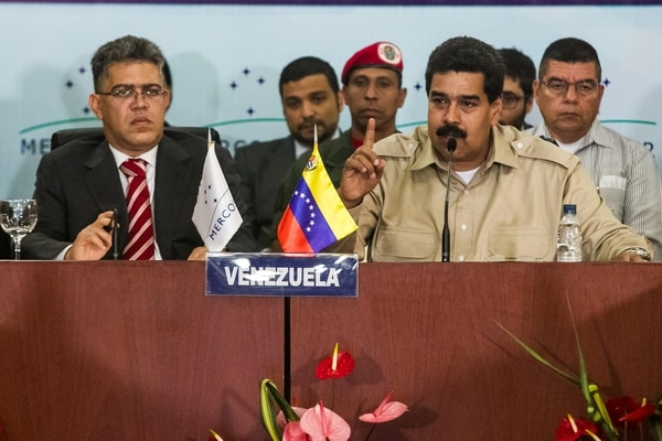 El presidente de Venezuela, Nicolás Maduro, acompañado de su canciller Elías Jaua (izquierda), participó ek miércoles 30 de octubre de 2013, en la reunión del Mercosur, en Caracas (Venezuela).