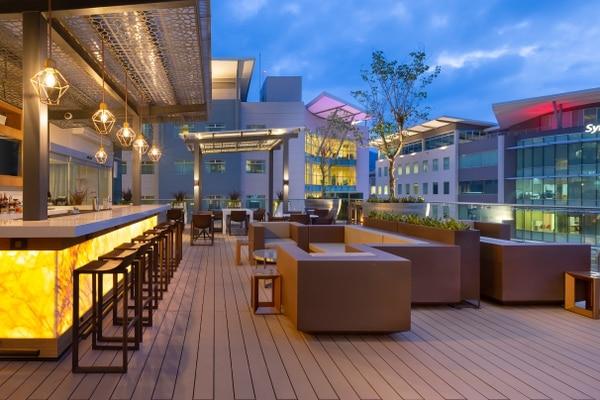 La terraza es ideal para disfrutar después del trabajo en un ambiente relajado y con una gran vista. Marriott para LN