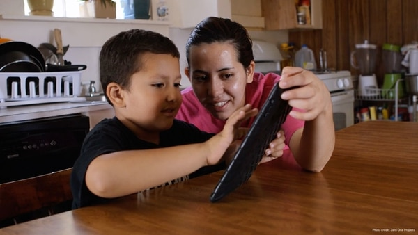 Los padres, tíos, vecinos, educadores o algún adulto responsable deben utilizar los dispositivos tecnológicos de forma conjunta con los menores de cinco o seis años.
