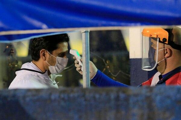 Durante el cierre del Torneo de Clausura 2020 se extremaron las medidas de precaución para combatir la covid-19. Mediciones de temperatura, uso obligatorio de mascarillas y limpieza extrema fueron la constante en cada partido. Fotografía: Rafael Pacheco, archivo.