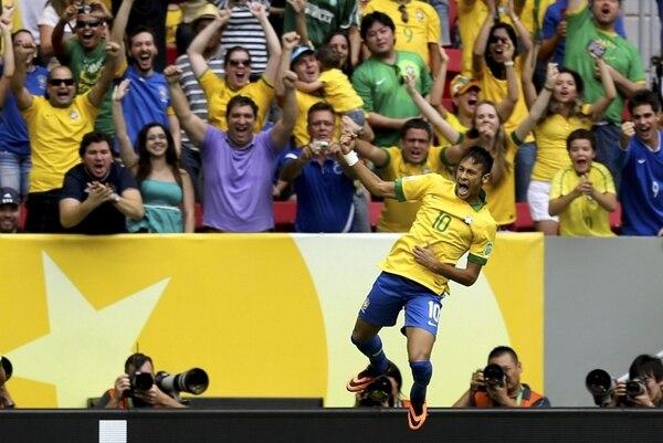 Neymar solo demoró tres minutos para inscribirse entre los goleadores de la Copa Confederaciones. Su anotación fue espectacular y la celebró con euforia ante la afición brasileña que llenó el juego inaugural, ayer en Brasilia. | EFE