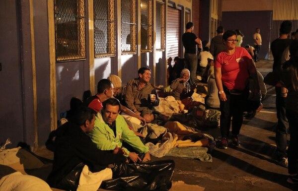En el sitio de la última parada, el viernes 21 de julio, cerca de una veintena de personas se encontraban acostadas entre cobijas y cartones.