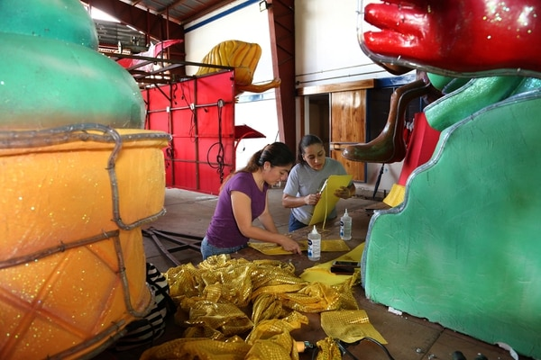 Cuarenta artistas –entre ticos y panameños– participan en la elaboración de cinco de las 12 carrozas del Festival de la Luz 2017. Fotografía: Albert Marín.