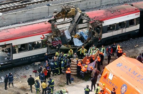 Escenas como esta, de aquel 11 de marzo del 2004, le dieron la vuelta al mundo: ingentes esfuerzos de los cuerpos de rescate en medio de la destrucción y el horror. El saldo de muertos ascendió a 191. | FOTO: AP
