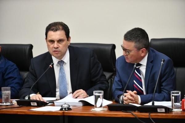 Carlos Ricardo Benavides y Pedro Muñoz durante la sesión de este lunes en la Comisión de Huelgas. Foto de Jorge Castillo