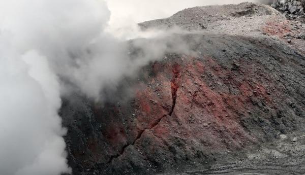 Fractura en el domo del volcán Poás.