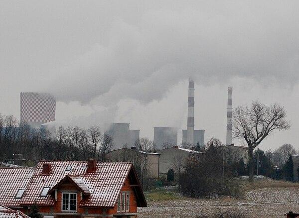 Las chimeneas de plantas nucleares y de fábricas golpean directamente al clima. (AP Photo/Czarek Sokolowski)