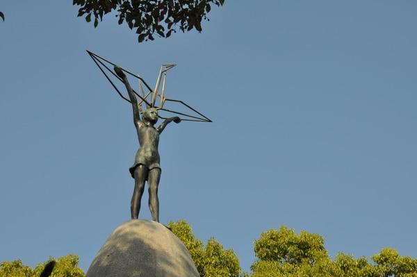 En Hiroshima (como se aprecia en la fotografía) y en el Parque de la Paz de Seattle se construyeron monumentos en memoria de la niña Sadako Sasaki. Foto: National Geographic