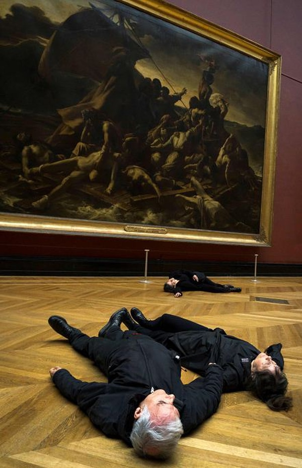 Activistas protestan frente a 'La balsa de la Medusa', de Géricault, en el Louvre. La protesta se da contra el mecenazgo de la petrolera Total que beneficia actividades del museo, uno de los principales del mundo.