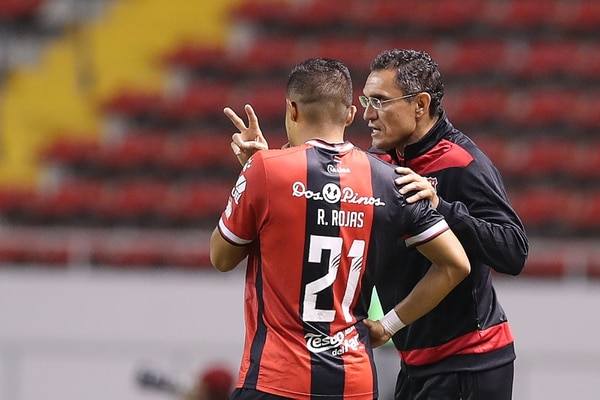 Róger Rojas es muy disciplinado tácticamente. Aquí recibe indicaciones del técnico Luis Diego Arnáez. Fotografia: John Durán