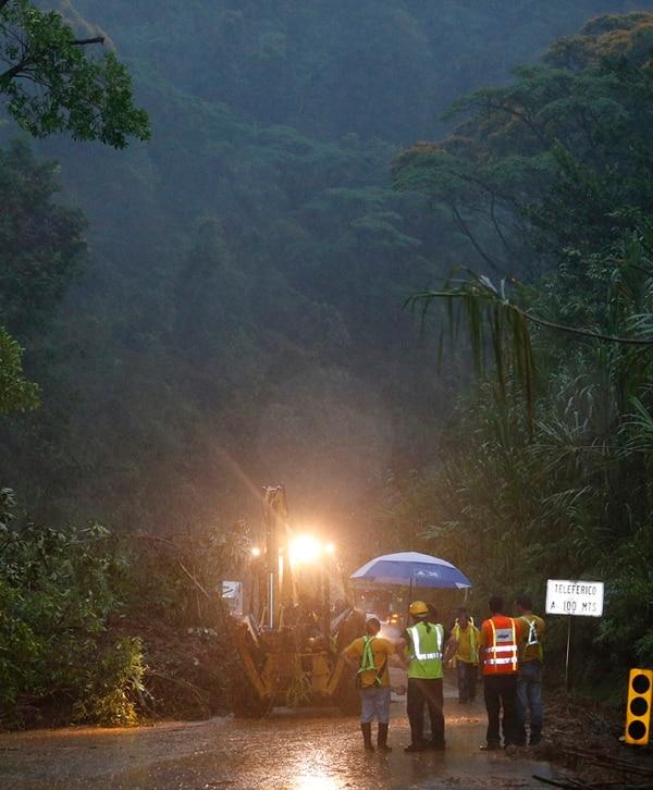 El MOPT aprovechó una mejora en el clima para apurar la limpieza del derrumbe, cerca del teleférico del Parque Braulio Carrillo.   RAFAEL PACHECO