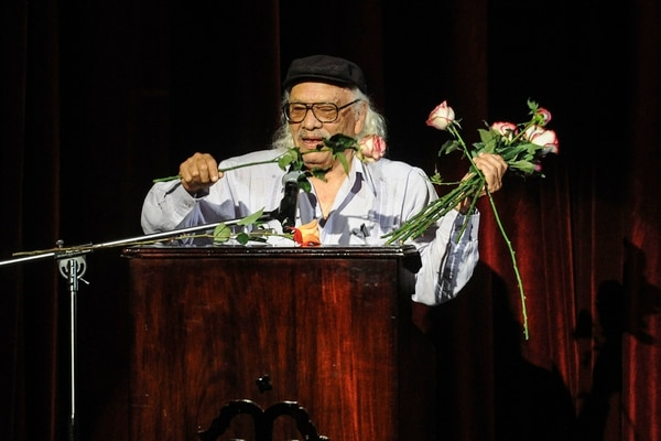 José León Sánchez recibió varios ramos de flores, uno de ellos representaba al que le dedicaron en 1963 en los Juegos Florales de Costa Rica porque no pudo asistir a la ceremonia en el Teatro Nacional. Gabriela Téllez.